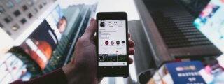 Hand hält Smartphone mit Instagram-App hoch - Bild für Artikel Der perfekten Instagram-Post