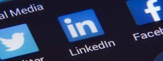 Die App LinkedIn wird auf einem Handydisplay angezeigt