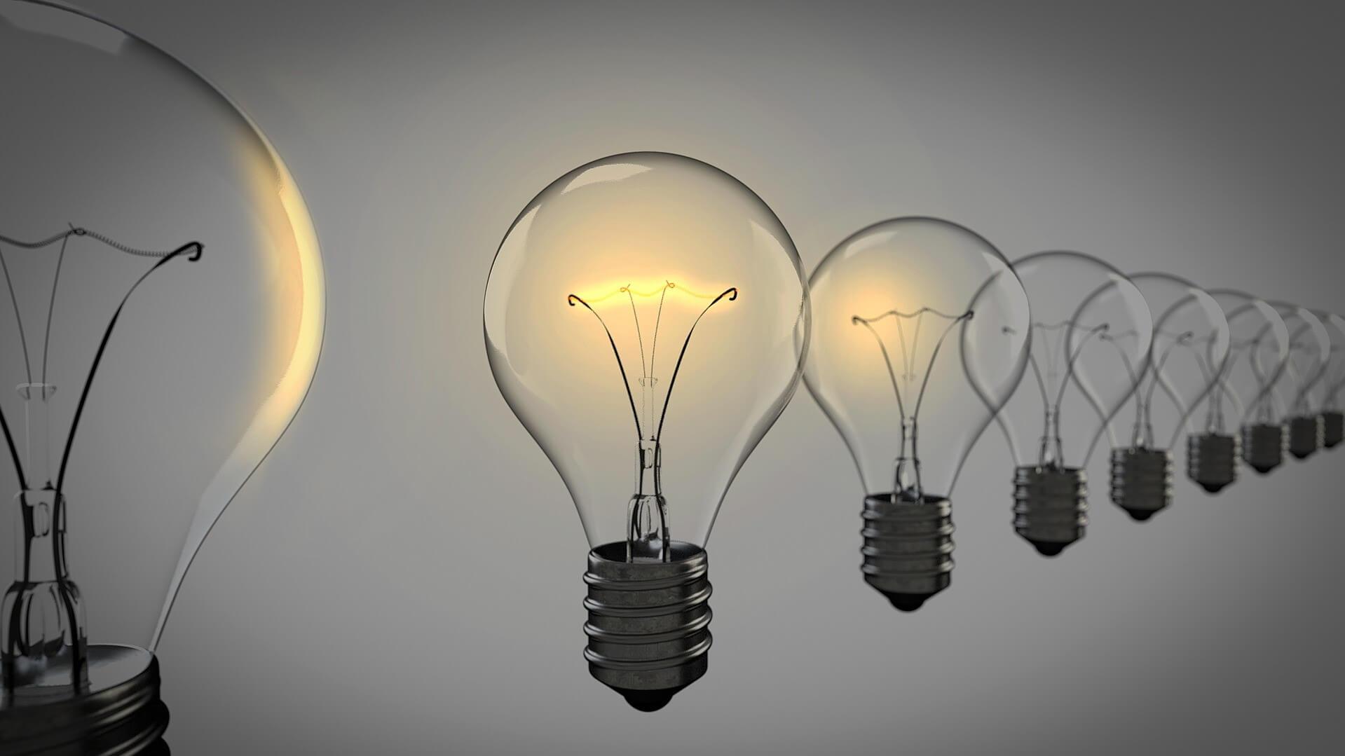 Eine leuchtende Glühbirne in einer Reihe von Glühbirnen