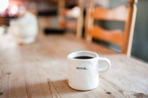 Tasse mit Aufschrift Begin / Artikelbild Whitepaper Business Netzwerke